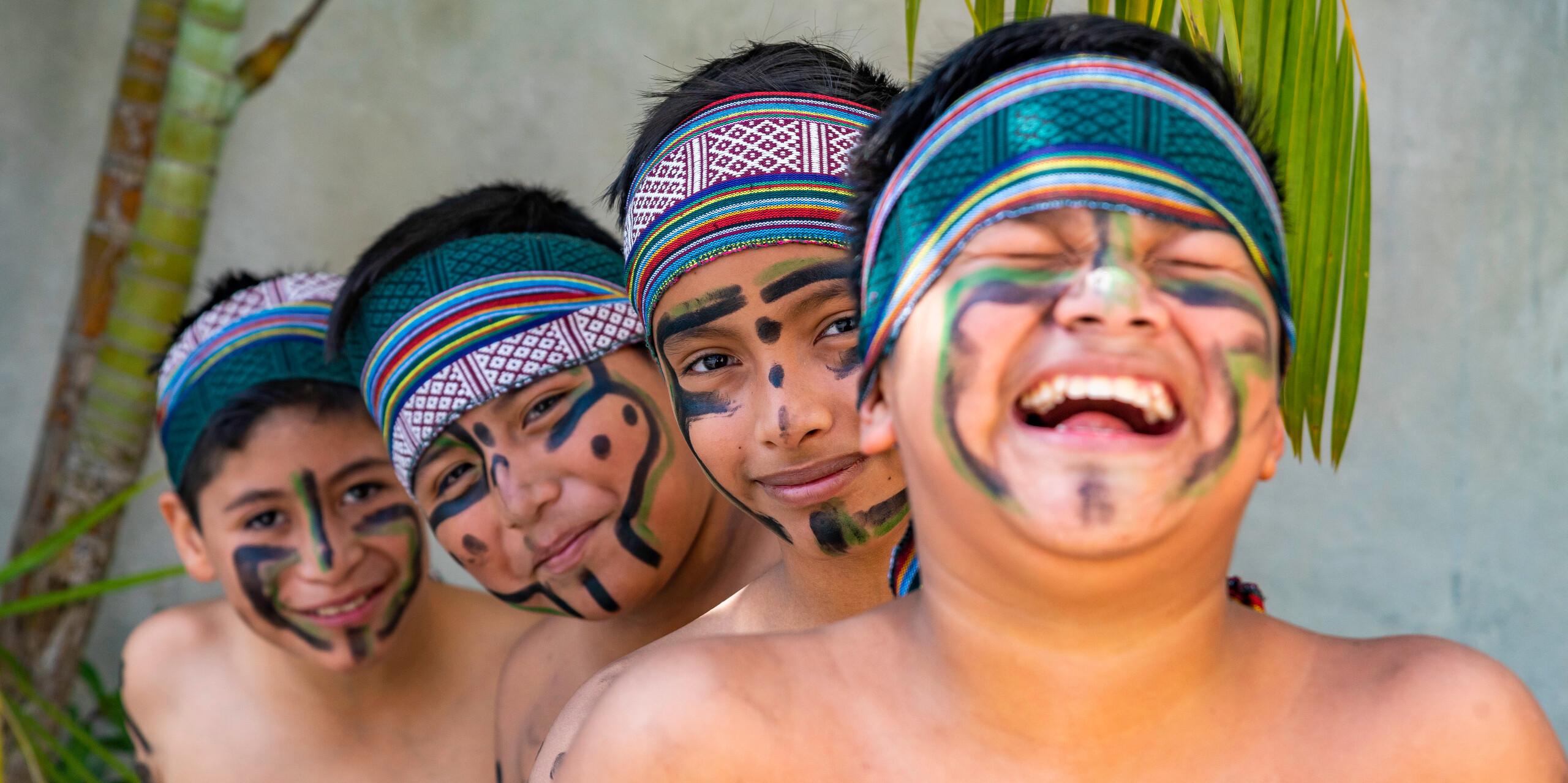 Jungen mit traditioneller Maya-Bemalung