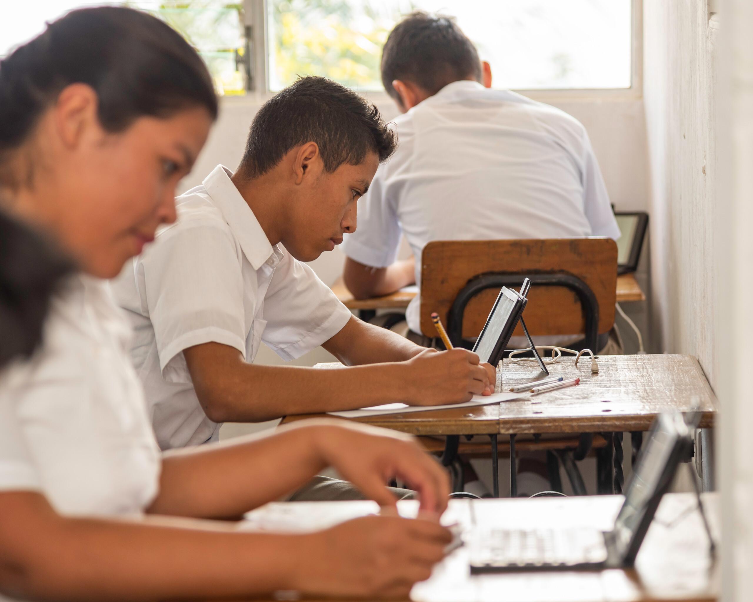 Jugendliche beim digitalen Unterricht