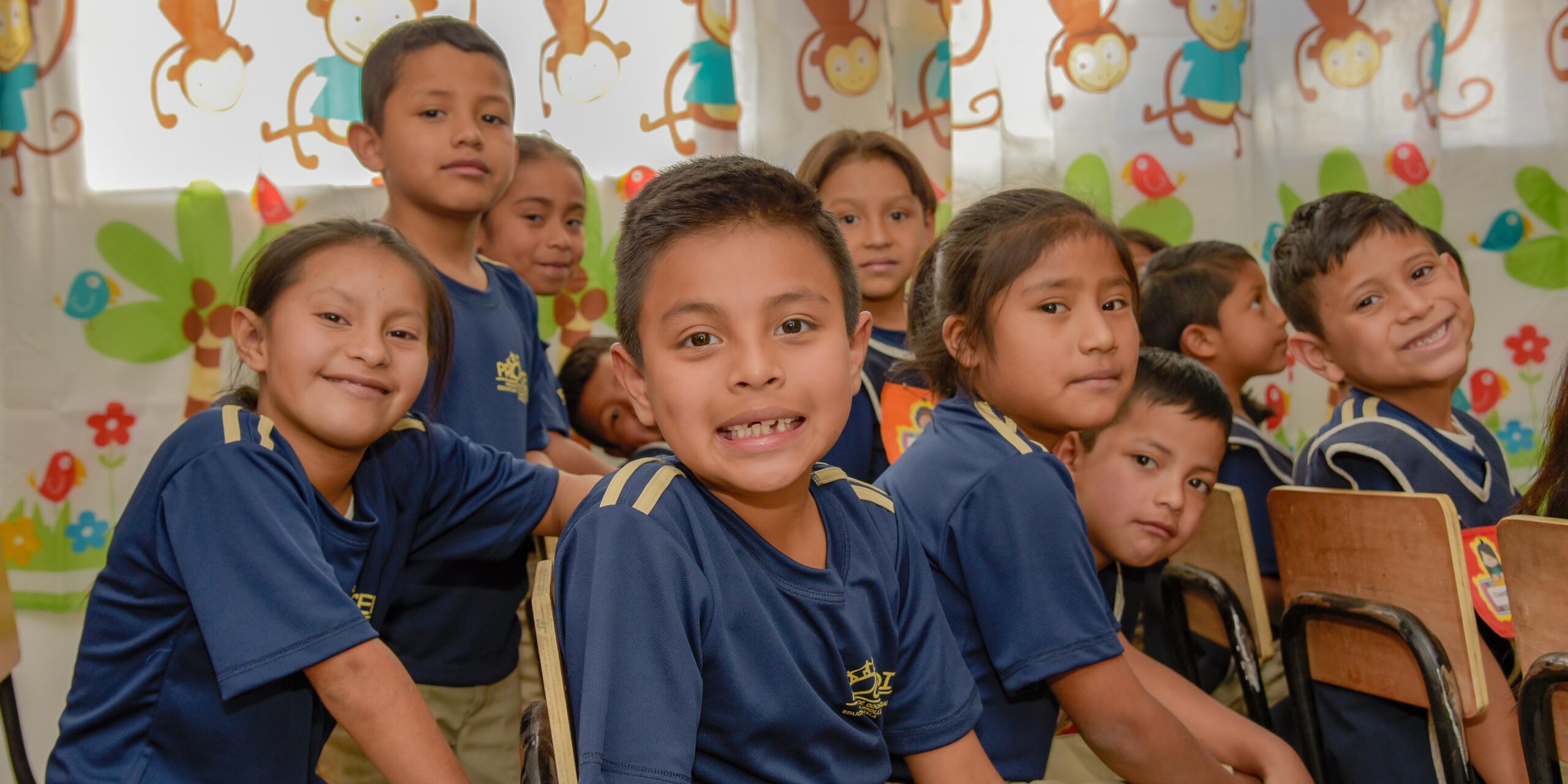 Lächelnde Kinder im Klassenzimmer