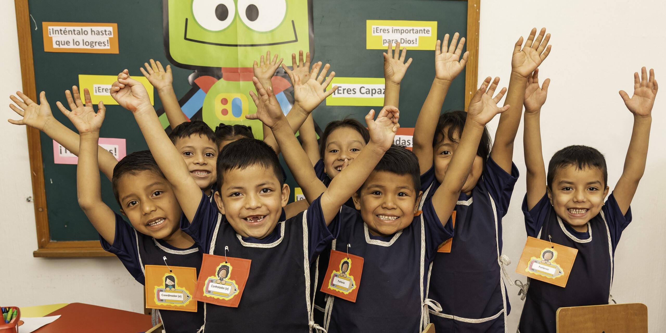 Schüler und Schülerinnen freuen sich