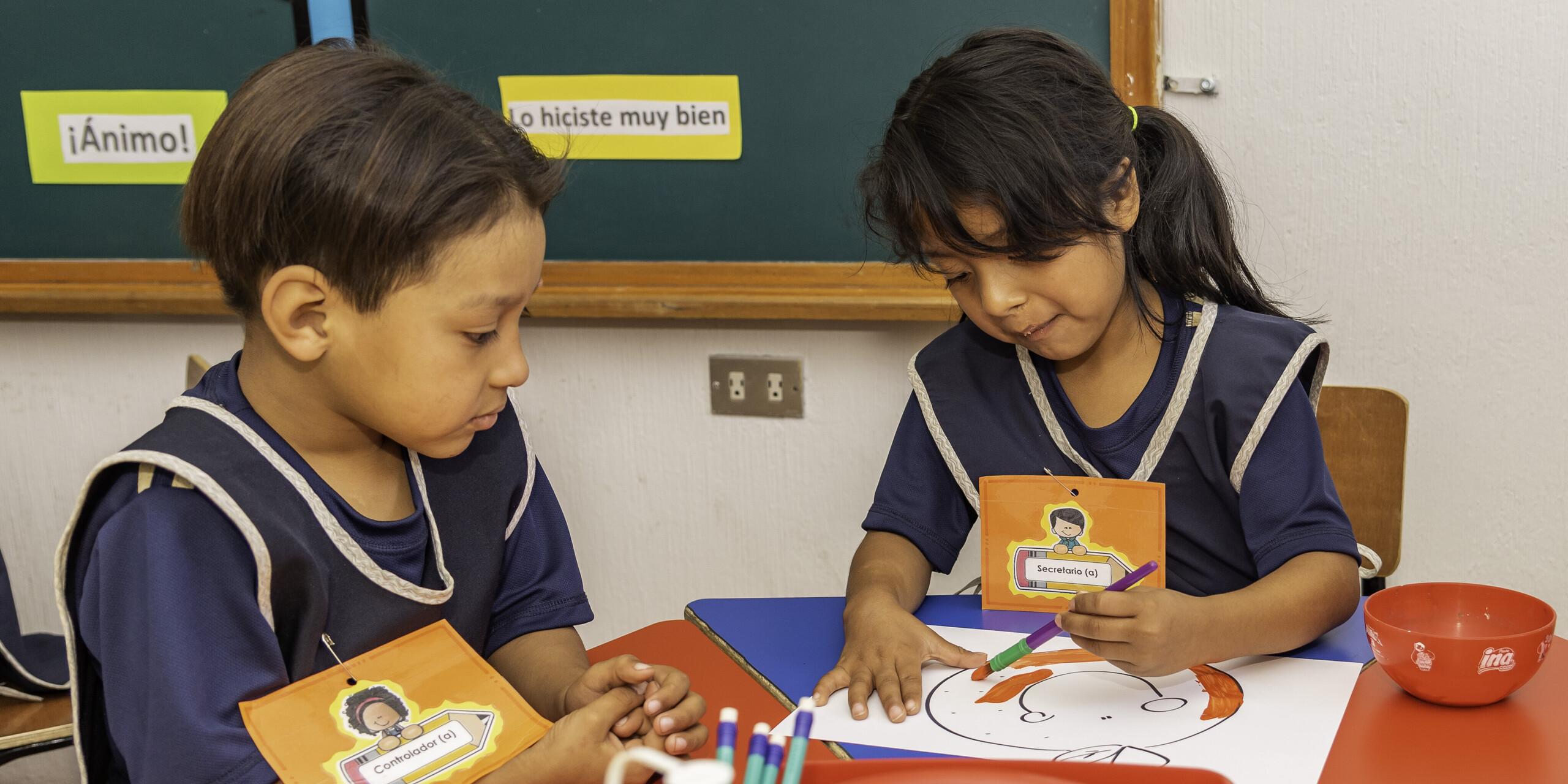 Vorschulkinder lernen im Klassenzimmer